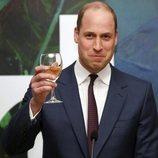 El Príncipe Guillermo brindando en una recepción en su visita oficial a Irlanda