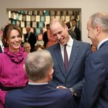 El Príncipe Guillermo y Kate Middleton ríen divertidos en una recepción en su visita oficial a Irlanda