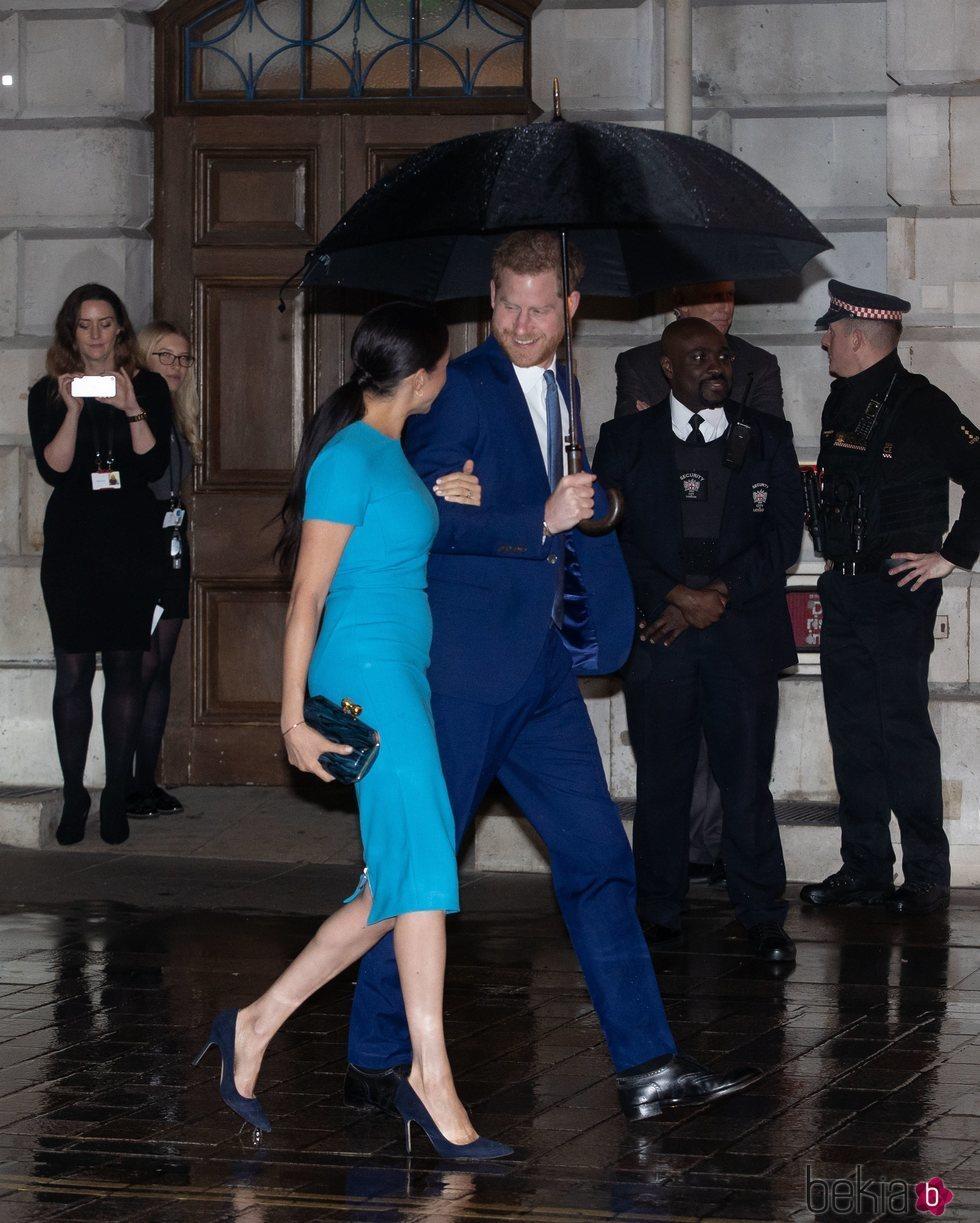 El Príncipe Harry mira con cariño a Meghan Markle en los Endeavour Fund Awards 2020