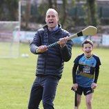 El Príncipe Guillermo practicando hurling en su visita oficial a Irlanda