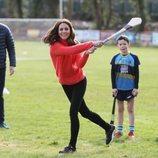 Kate Middleton practicando hurling en su visita oficial a Irlanda
