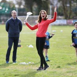 Kate Middleton celebra su éxito practicando hurling en su visita oficial a Irlanda