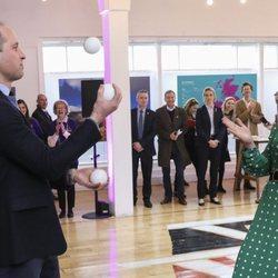 El Príncipe Guillermo haciendo malabares frente a Kate Middleton en su visita oficial a Irlanda