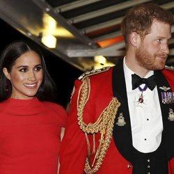 Meghan Markle y el Príncipe Harry llegando a su penúltimo acto oficial como miembros de la Casa Real Británica