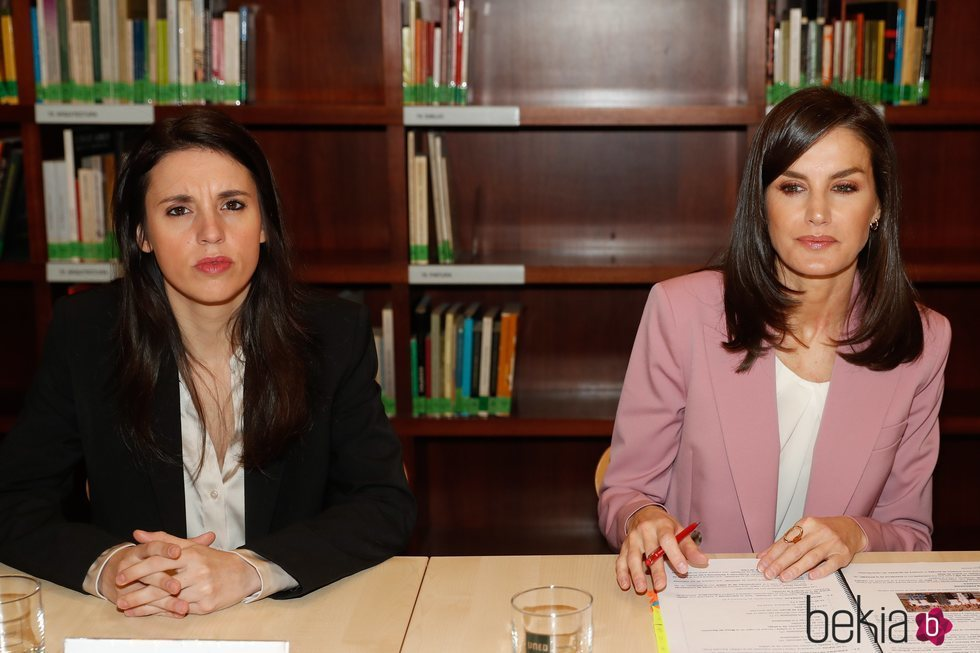 La Reina Letizia e Irene Montero en la mesa de trabajo de APRAMP