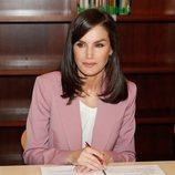 La Reina Letizia en la mesa de trabajo de APRAMP