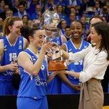 La Reina Letizia entrega la Copa de la Reina de baloncesto a la capitana de Perfumerías Avenida de Salamanca