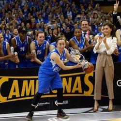 La Reina Letizia tras entregar la Copa de la Reina de baloncesto al equipo Perfumerías Avenida de Salamanca
