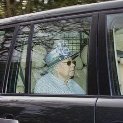 La Reina Isabel rumbo a la misa dominical en la Capilla Real de Todos los Santos de Windsor
