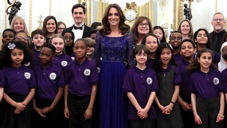Kate Middleton con unos niños de Place2Be en la gala de su 25 aniversario en Buckingham Palace