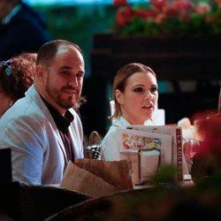 María Jesús Ruiz y su novio Curro tomando algo en una bodega de Málaga