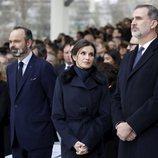 Los Reyes Felipe y Letizia en el acto de homenaje celebrado en París a las víctimas del terrorismo