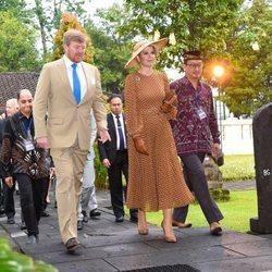 Los Reyes de Holanda durante su visita a Indonesia