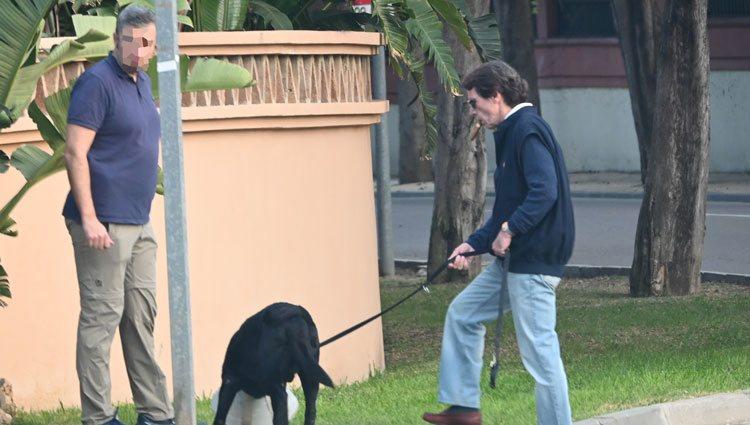 José María Aznar paseando el perro en Marbella en plena crisis del coronavirus