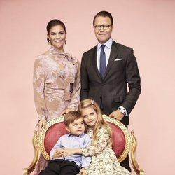 Estela de Suecia abraza a Oscar de Suecia en un posado junto a Victoria y Daniel de Suecia