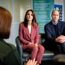 Los Duques de Cambridge visitando la central de ambulancias de Londres