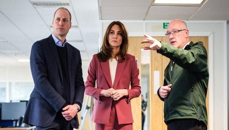 El Príncipe Guillermo y Kate Middleton conociendo cómo funciona la central de ambulancias de Londres