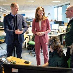 Los Duques de Cambridge en las instalaciones de la central de ambulancias de Londres