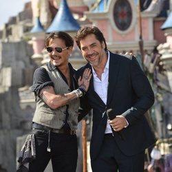 Johnny Depp y Javier Bardem presentando 'Piratas del Caribe: La venganza de Salazar ' en Disneyland Paris