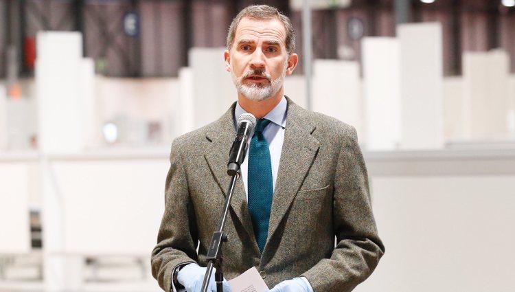 El Rey Felipe da un discurso en su visita al hospital de emergencia de IFEMA