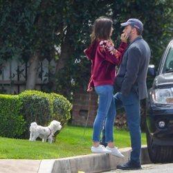 Ben Affleck y Ana de Armas en actitud cariñosa durante su paseo por Los Ángeles