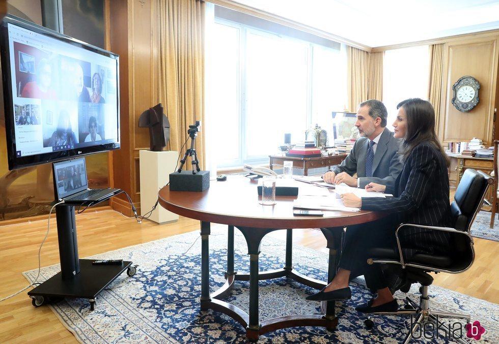 Los Reyes Felipe y Letizia mantienen una videoconferencia desde La Zarzuela por el coronavirus