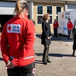 Máxima de Holanda agradeciendo la labor de la Cruz Roja de Loenen