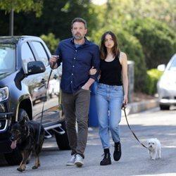 Ana de Armas y Ben Affleck paseando a sus mascotas en Los Ángeles