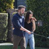 Ana de Armas y Ben Affleck paseando abrazados por Los Ángeles