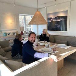 Haakon y Mette-Marit de Noruega cenando con su hijo Sverre Magnus de Noruega durante el confinamiento