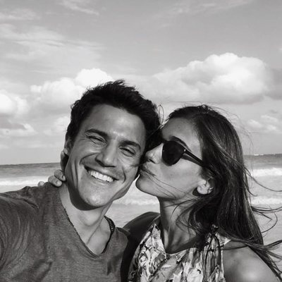 Álex González y Blanca Bleis haciéndose un selfie en una playa de Cancún