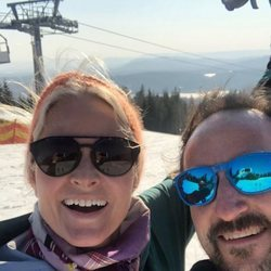 Haakon y Mette-Marit de Noruega esquiando durante la cuarentena