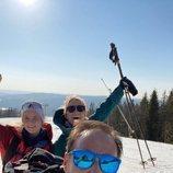 Haakon y Mette-Marit de Noruega esquiando con su hija Ingrid Alexandra durante la cuarentena
