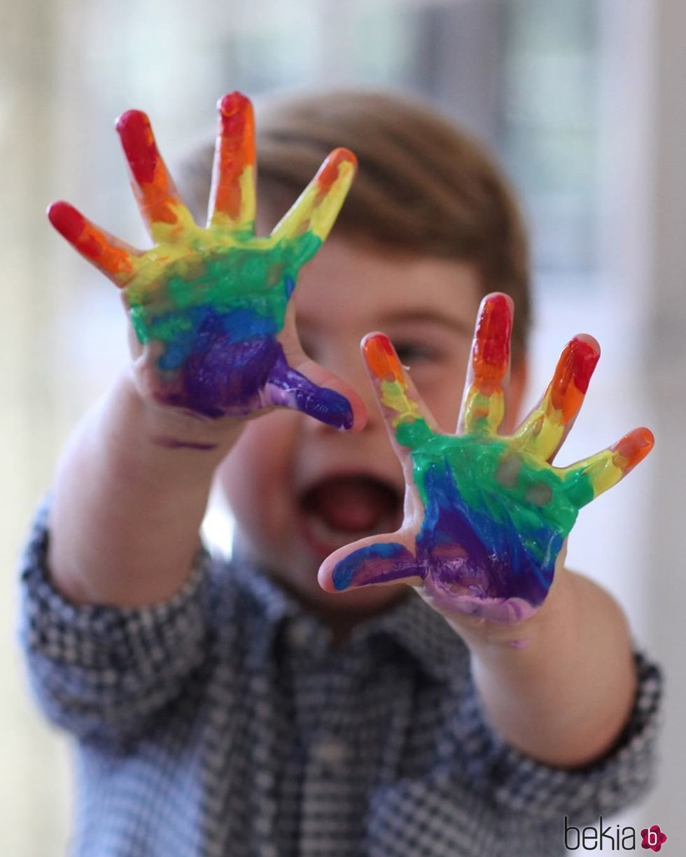El Príncipe Luis con las manos llenas de pintura de colores