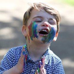 El Príncipe Luis con la cara llena de pintura de colores
