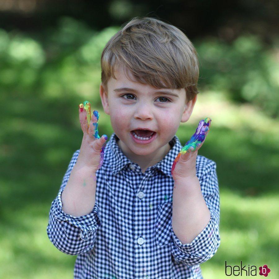El Príncipe Luis, muy divertido con las manos llenas de pintura
