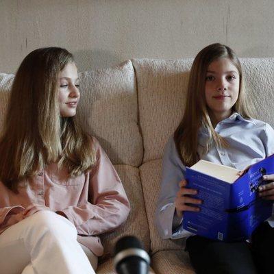 La Princesa Leonor mira a la Infanta Sofía en la lectura virtual de 'El Quijote'