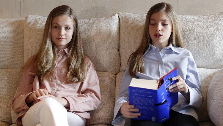 La Princesa Leonor y la Infanta Sofía leen 'El Quijote' desde La Zarzuela durante el confinamiento
