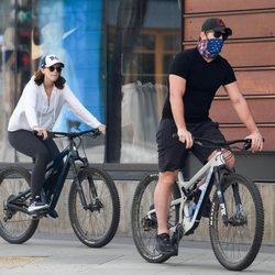Chris Pratt y Katherine Schwarzenegger montando en bici en Los Ángeles