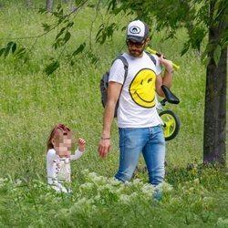 Roberto Leal paseando con su hija Lola en el primer día de paseos del confinamiento