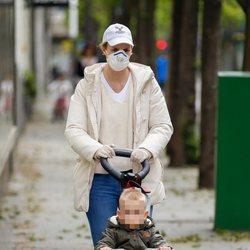 María Zurita paseando con su hijo Carlos el primer día de paseos del confinamiento