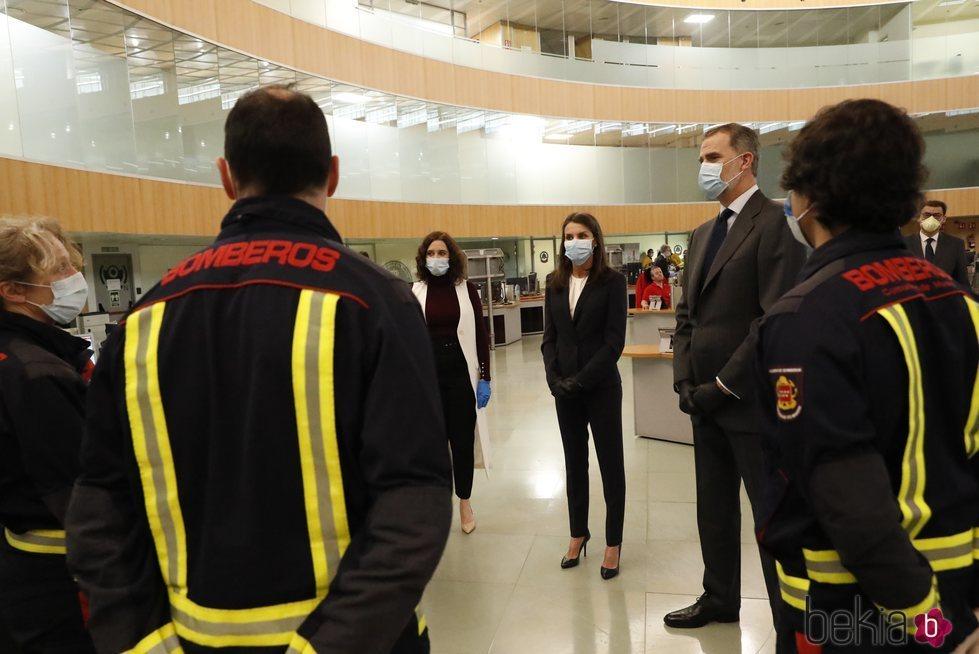 Los Reyes Felipe y Letizia junto a Isabel Díaz-Ayuso visitando la Agencia de Seguridad y Emergencias Madrid 112