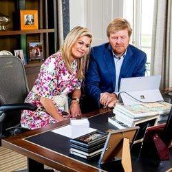 Los Reyes Guillermo y Máxima de Holanda en su despacho el Día del Rey 2020