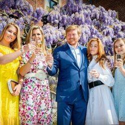 E Rey Guillermo de Holanda brindando con la Reina Máxima y sus tres hijas por el Día del Rey 2020
