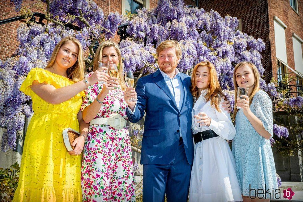 Guillermo Alejandro de Holanda brindando con la Reina Máxima y sus tres hijas por el Día del Rey 2020