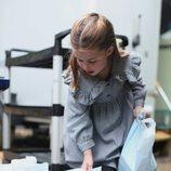 La Princesa Carlota cogiendo bolsas de comida para entregar a personas mayores