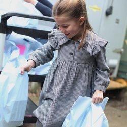 La Princesa Carlota en la entrega de alimentos a personas mayores durante el confinamiento