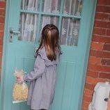 La Princesa Carlota llamando a una puerta para entregar comida durante el confinamiento