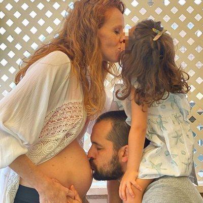 María Castro junto a su marido y su hija anunciando su segundo embarazo