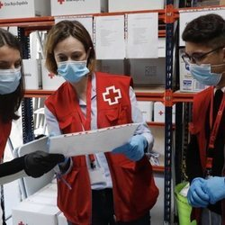 La Reina Letizia hablando con algunos voluntarios de Cruz Roja